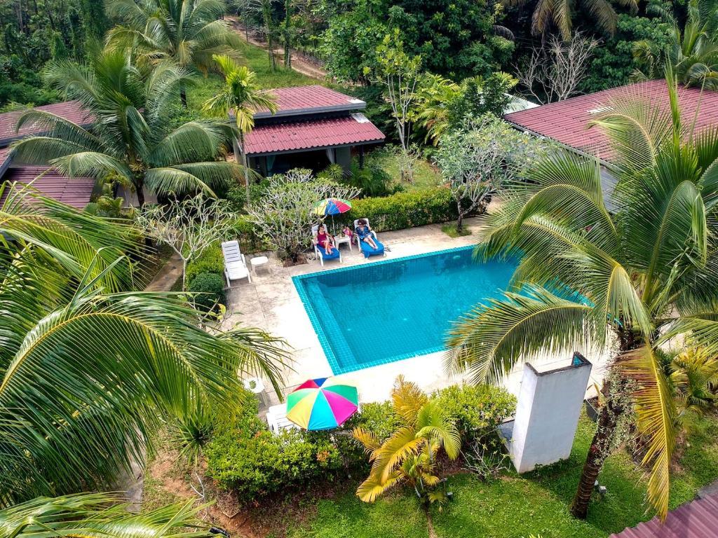 Vaade basseinile majutusasutuses Loft Garden Villa in Khao Lak, Thailand või selle lähedal