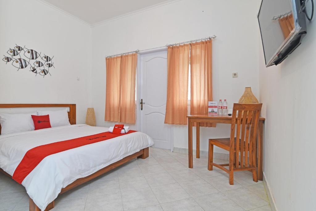 A bed or beds in a room at RedDoorz @ Jalan Gatot Subroto Denpasar