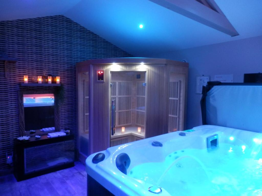 Salle De Bains Dans Lu0027établissement Suite Luxe Avec Sauna Et Jacuzzi Privée