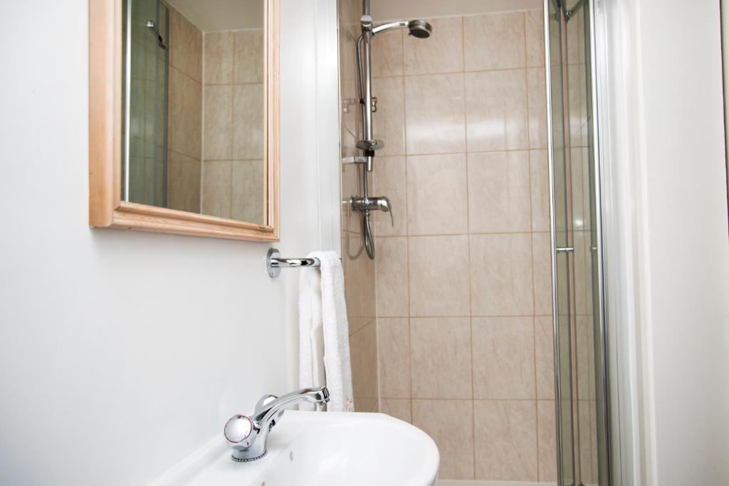 Ein Badezimmer in der Unterkunft The New London Carlton Hotel