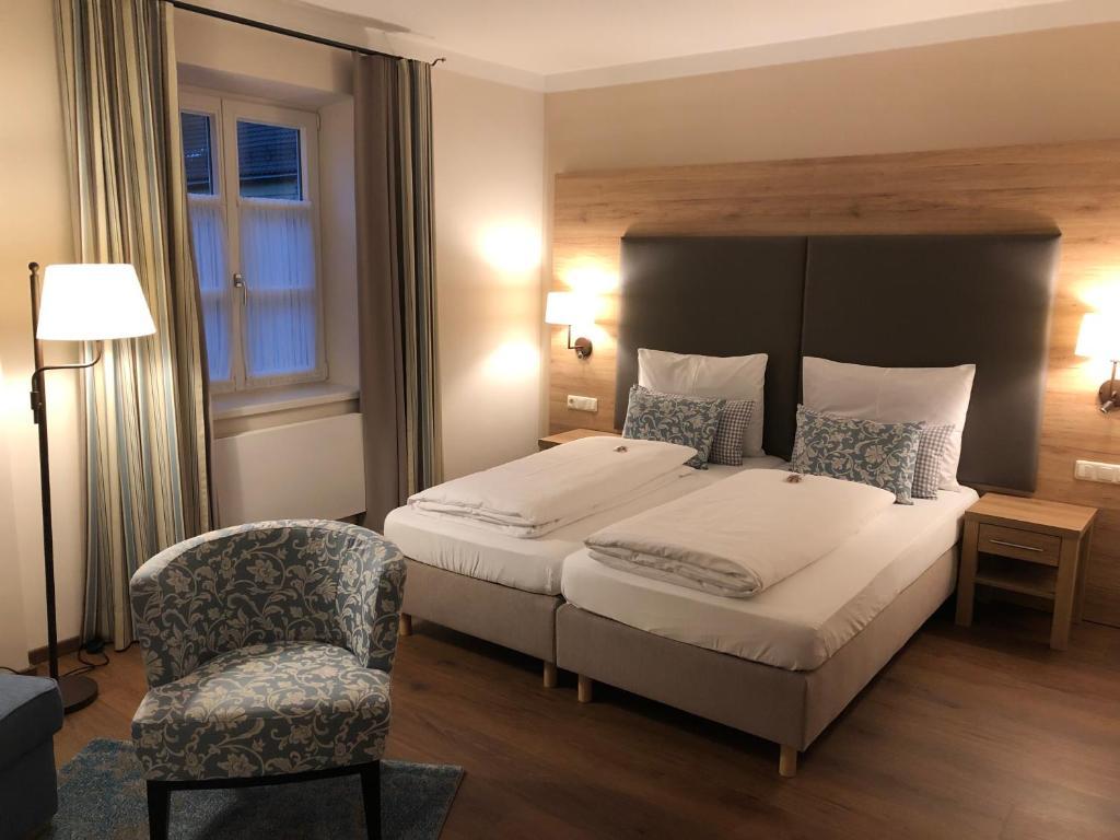 Ein Bett oder Betten in einem Zimmer der Unterkunft Brauereigasthof und Hotel Maierbräu