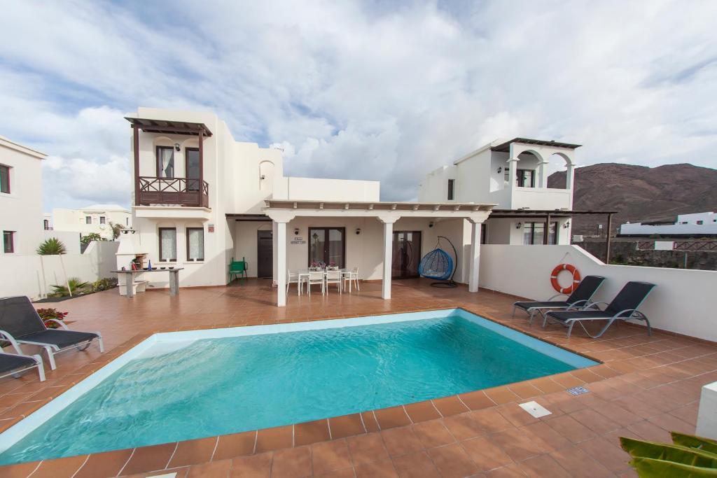 Der Swimmingpool an oder in der Nähe von Villa Sunset Faro De Luxe