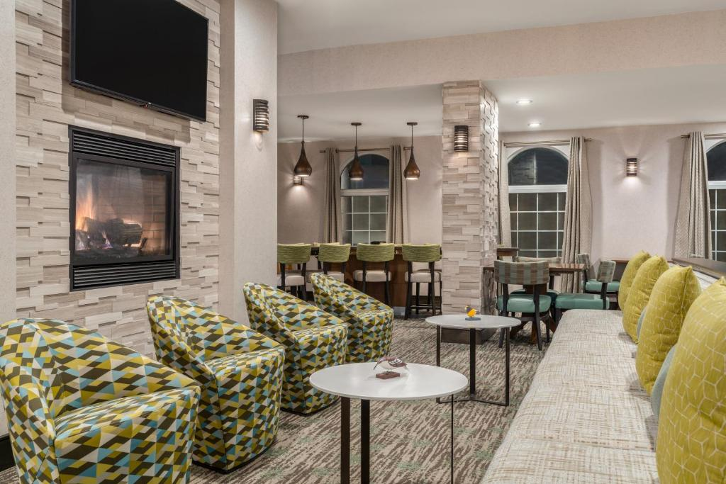 The lounge or bar area at Homewood Suites by Hilton Providence-Warwick