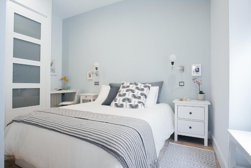 A bed or beds in a room at Atocha Apartment - 1BR 1BT