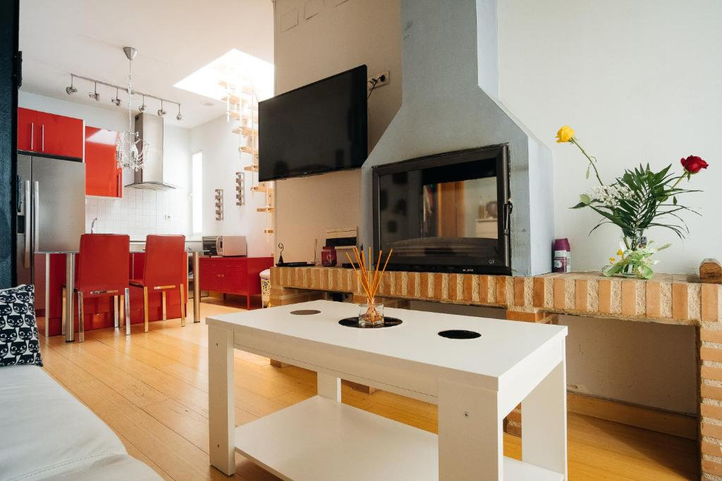 A television and/or entertainment center at Apartment in Atocha with Private Terrace - 2BR 2BT
