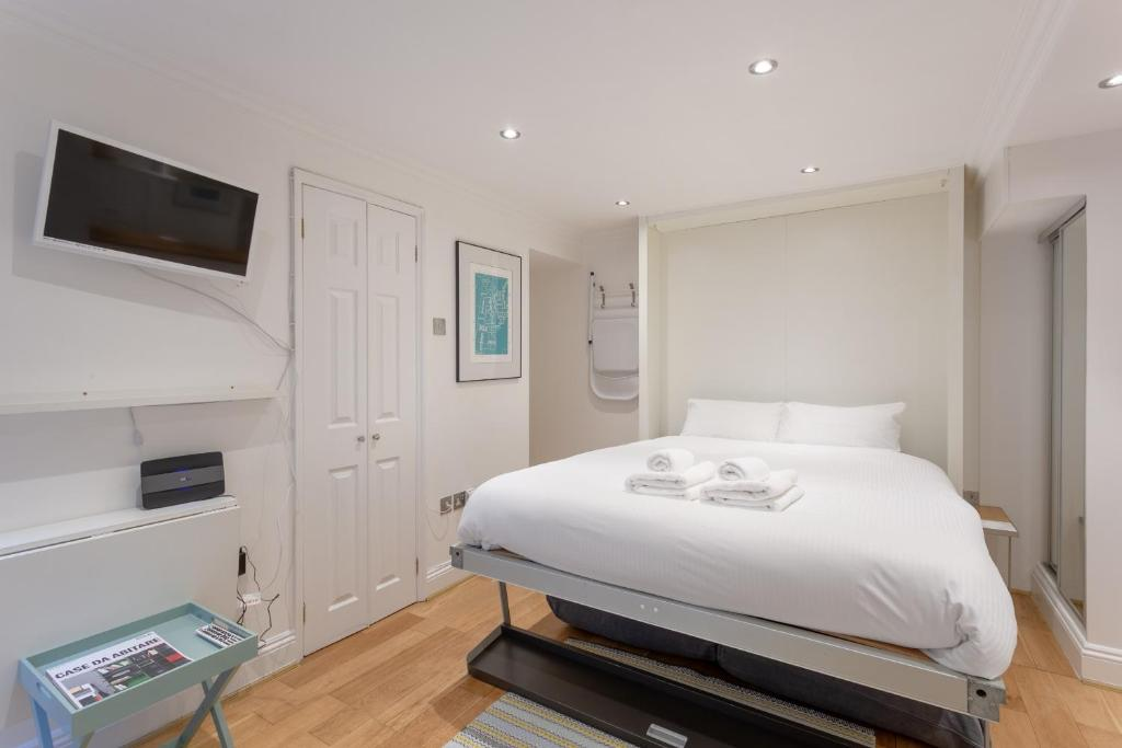 A bed or beds in a room at Central London Marylebone Studio
