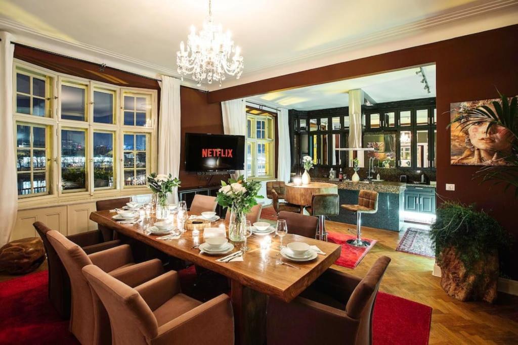Ресторан / где поесть в 4BR 2.5BATH river penthouse with AC and Terrace
