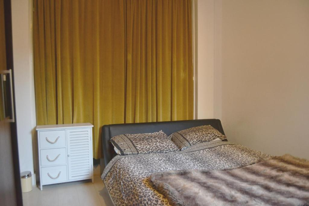 A bed or beds in a room at Superb Double Bedroom