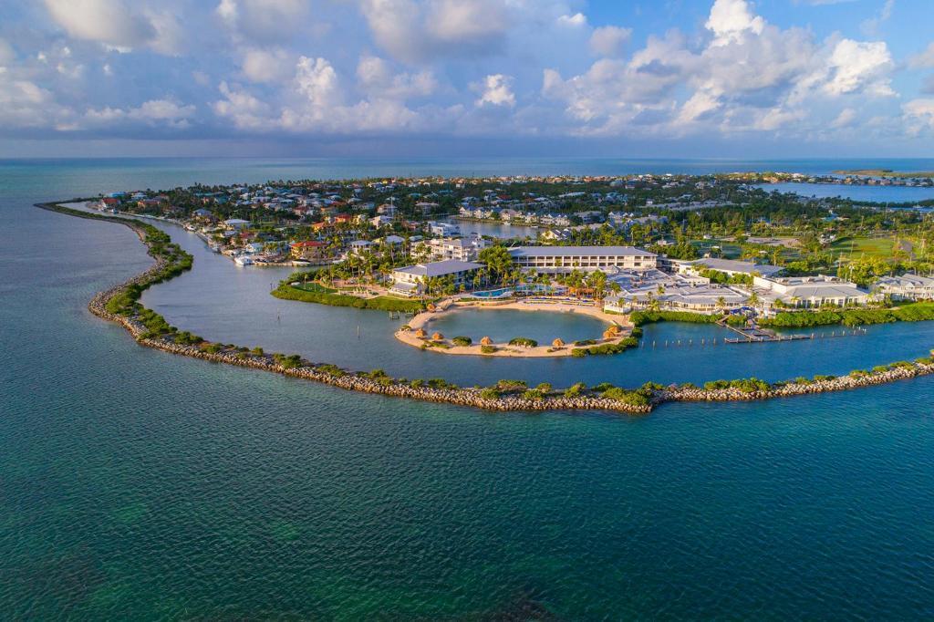 Skats uz naktsmītni Hawks Cay Resort no putna lidojuma