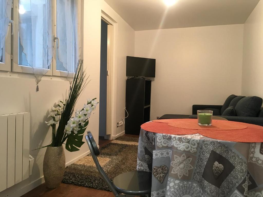 Una televisión o centro de entretenimiento en Maison agréable indépendante à la porte de Paris