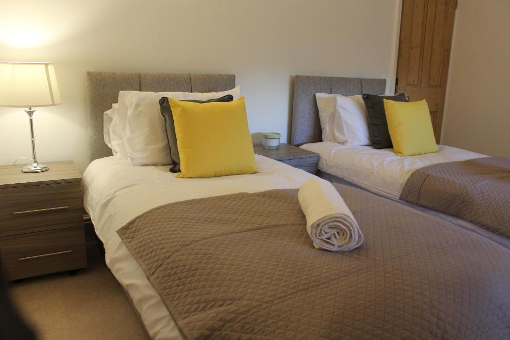 A bed or beds in a room at Knighton Villa