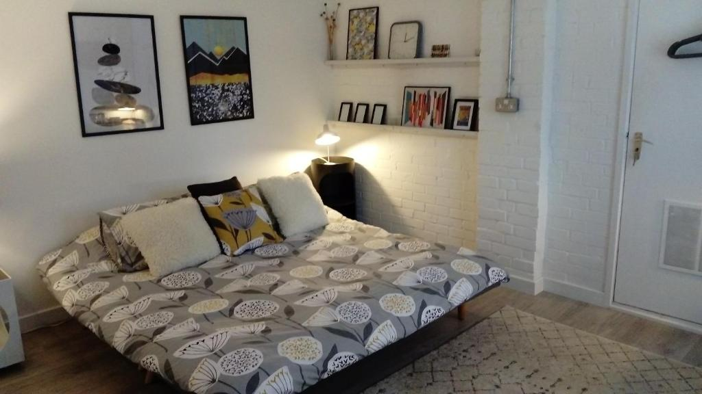 A bed or beds in a room at Private Detached Space Woodbridge
