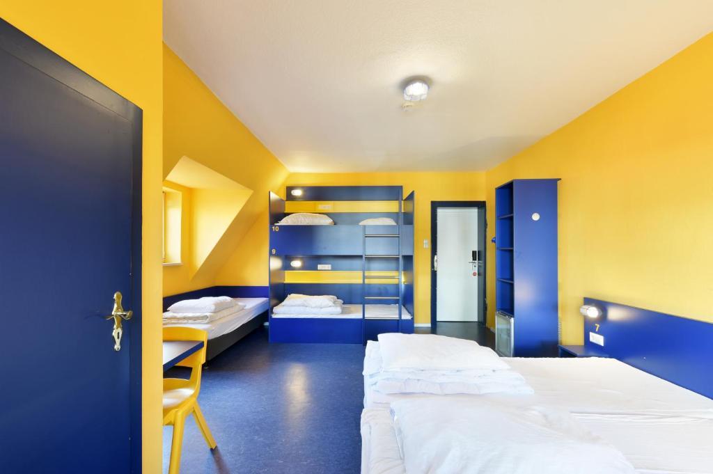 Ein Etagenbett oder Etagenbetten in einem Zimmer der Unterkunft Bed'nBudget Expo-Hostel Dorms