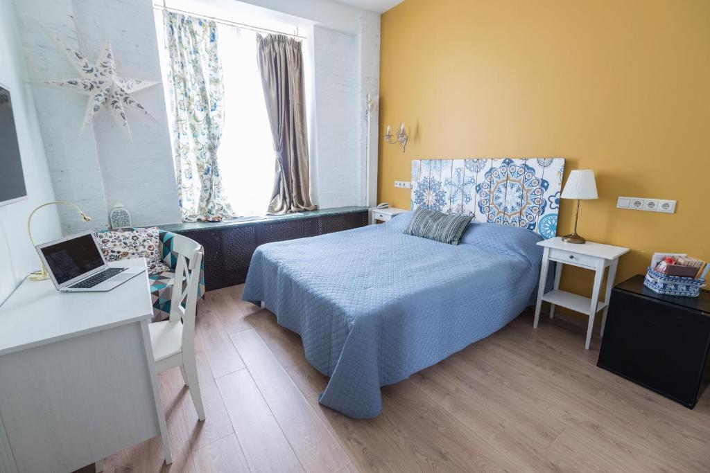En eller flere senge i et værelse på Mini-Hotel Bohemia