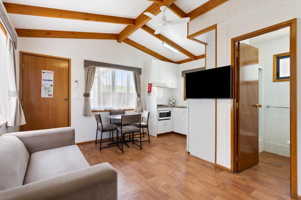 resort village goulburn south caravan park australia. Black Bedroom Furniture Sets. Home Design Ideas