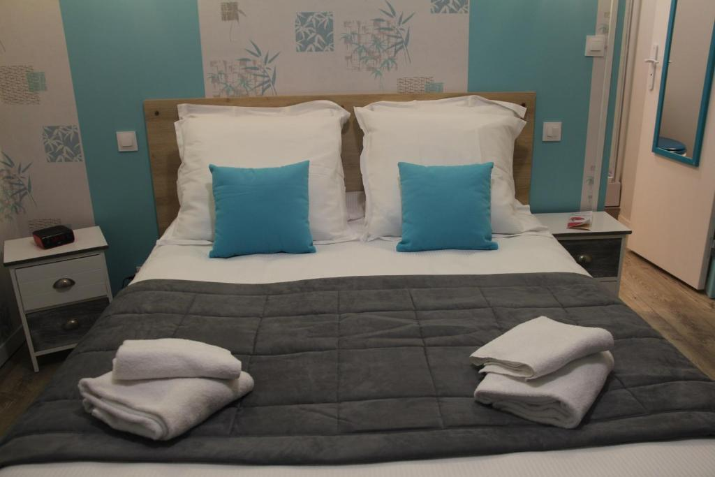 A bed or beds in a room at Au Petit Bonheur