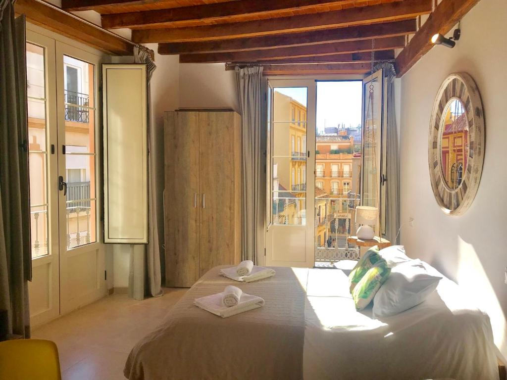 A bed or beds in a room at Homely Málaga Loft Gaona Centro