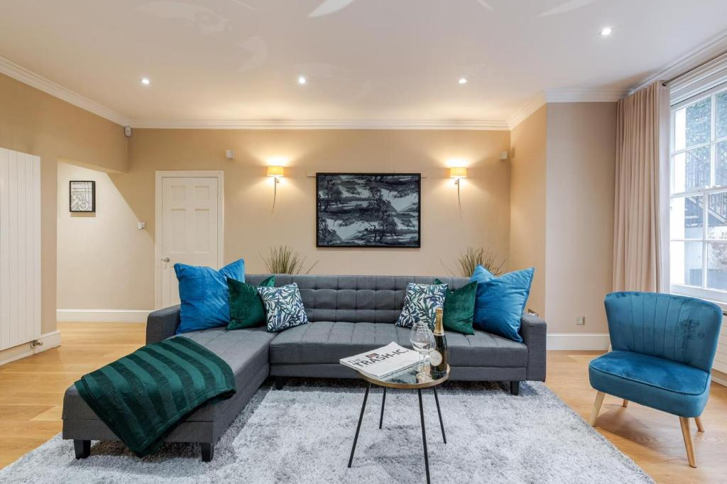A seating area at Luxurious Central Kensington Apartment