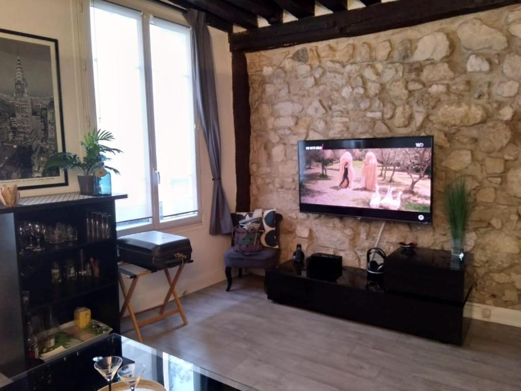 A television and/or entertainment center at Appartement St Martin