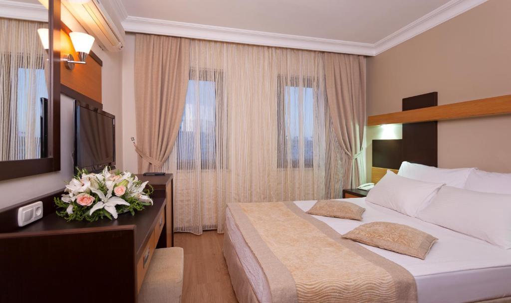 Een bed of bedden in een kamer bij Kandelor Hotel