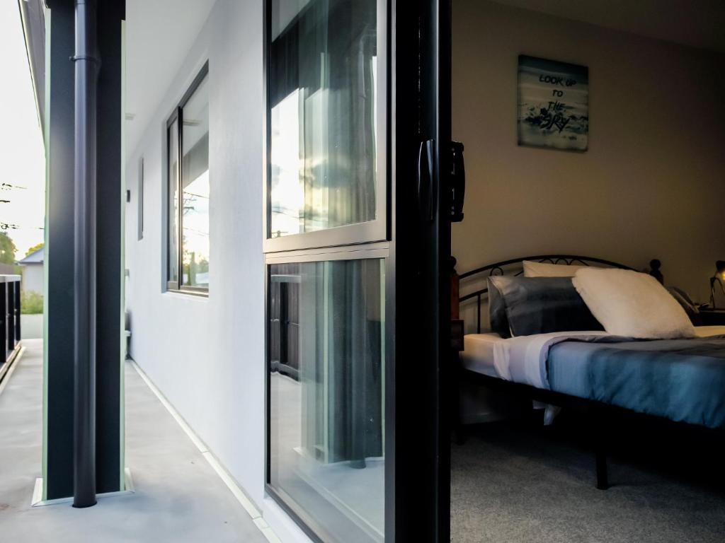 A bed or beds in a room at Cosy, modern, urban living near CBD