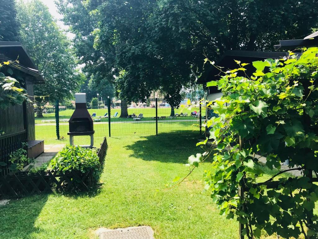 Jardín al aire libre en Charming little nature house in Terme Banovci Spa