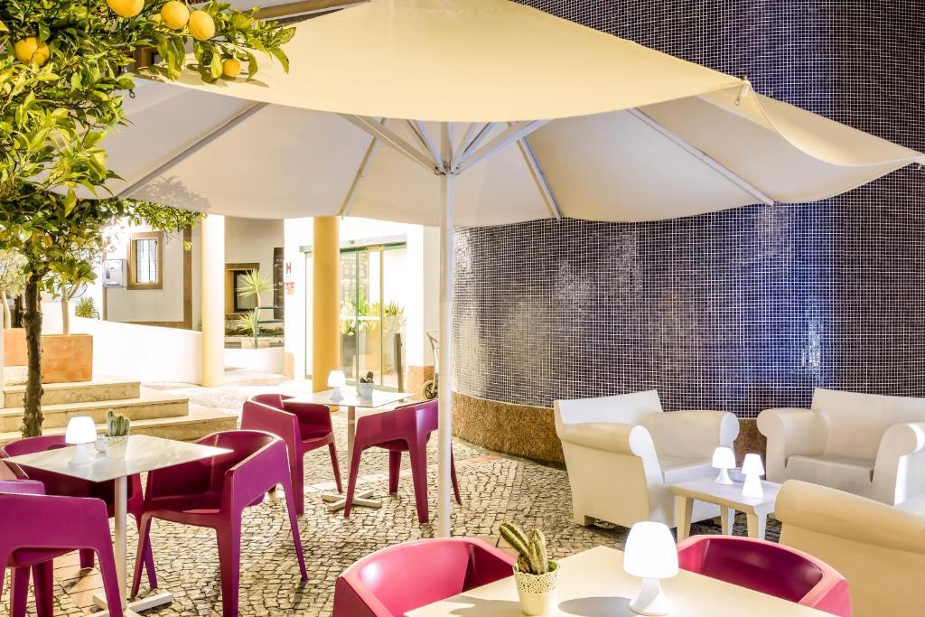 Um restaurante ou outro lugar para comer em Hotel ibis Evora