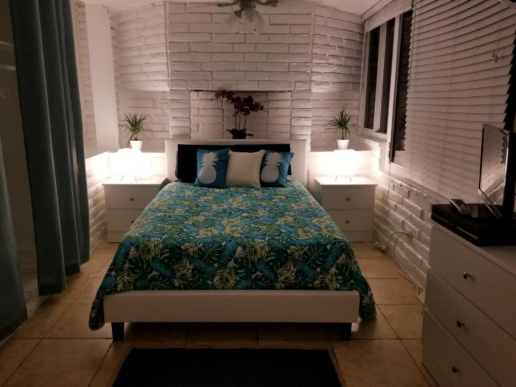 A bed or beds in a room at Beachbound