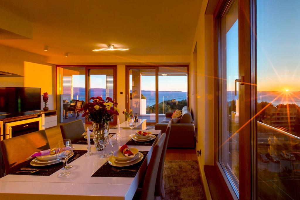 A restaurant or other place to eat at Bel Etage Amora Luxury Seaview Apartment with pool