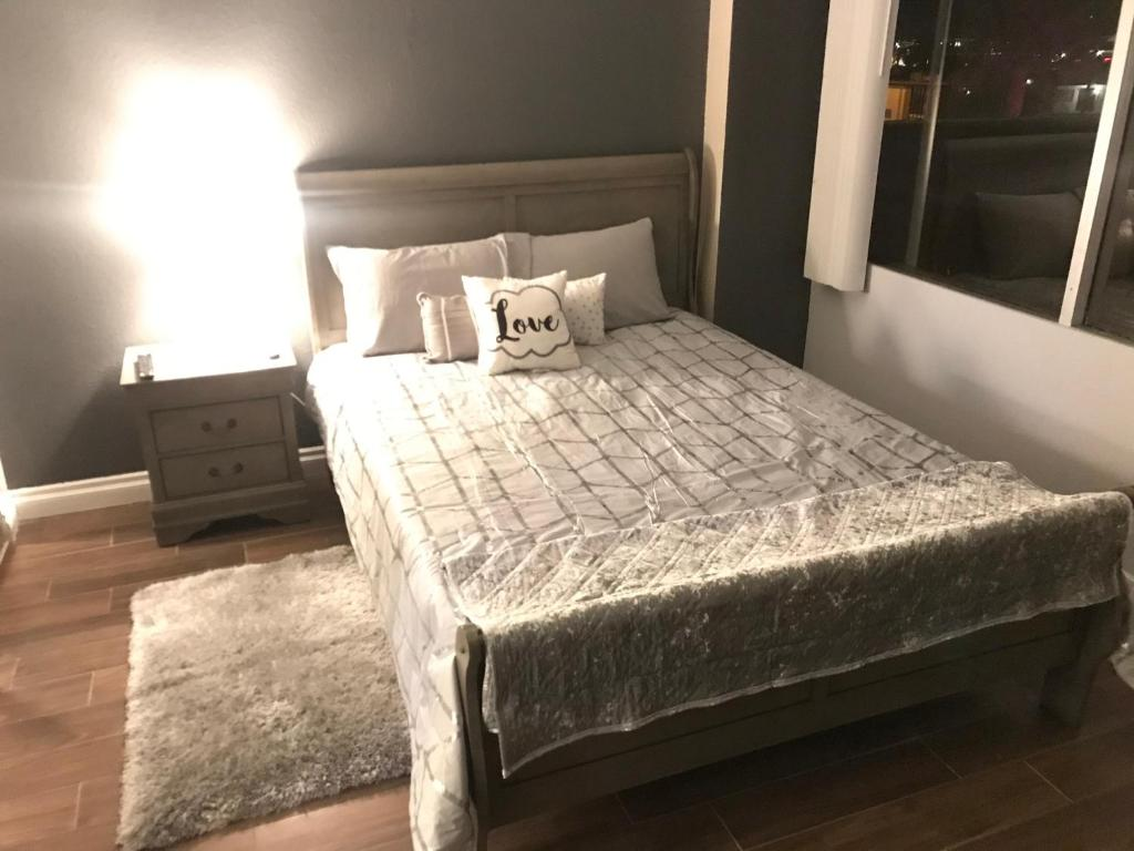 A bed or beds in a room at Amazing Spare Bedroom ... 2/B 2/B suite Behind LV Convention Center