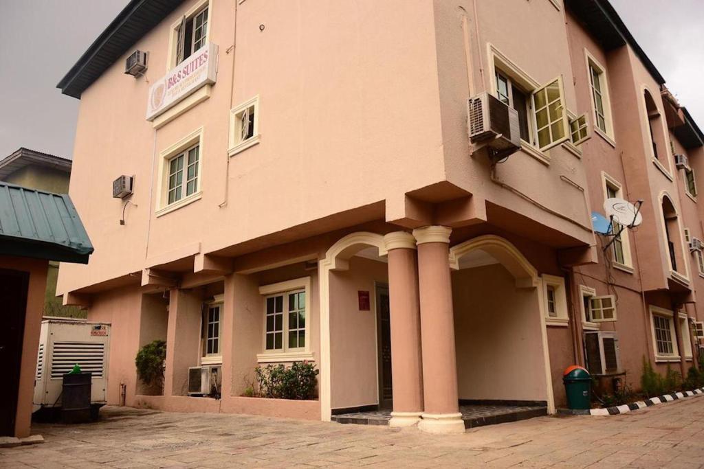 B & S Hotel & Suites