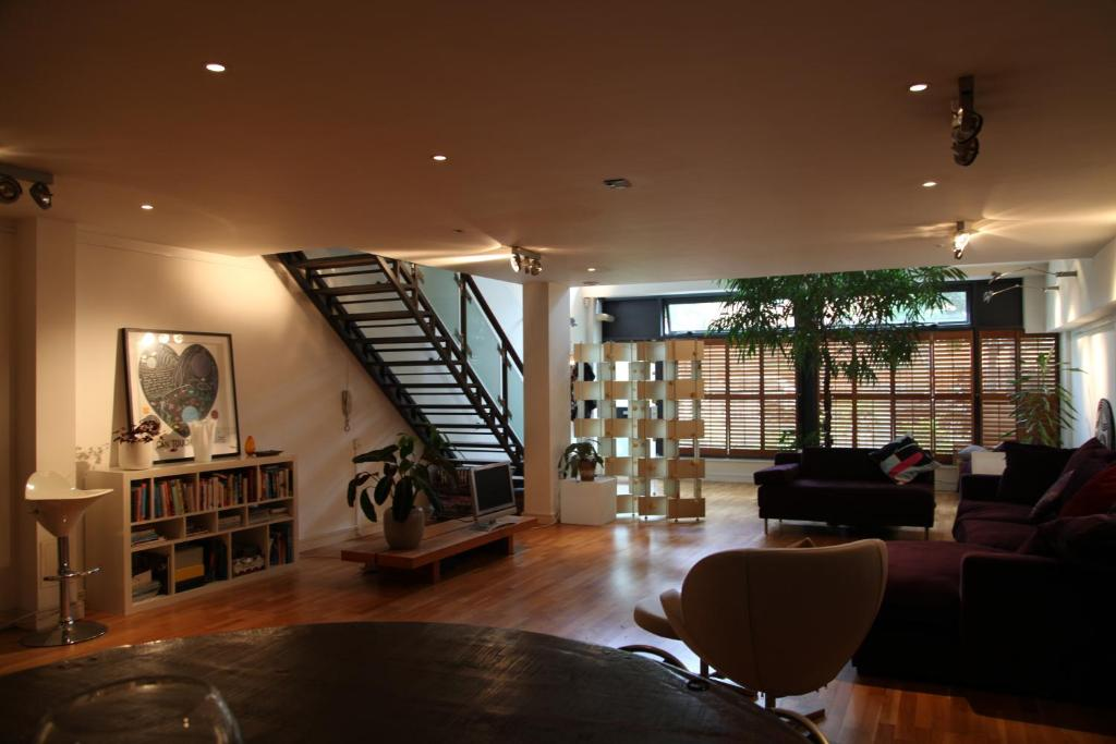 A seating area at Stunning Loft Style Apartment, London E3