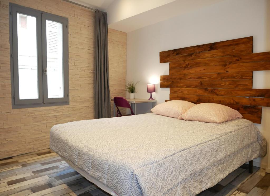 A bed or beds in a room at L'Oriflamme
