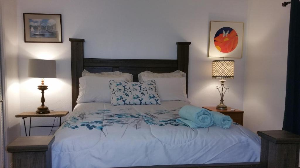 A bed or beds in a room at Palace de Reyes Condo
