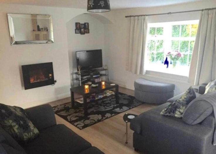 A seating area at Center of Wilmslow Airbnb