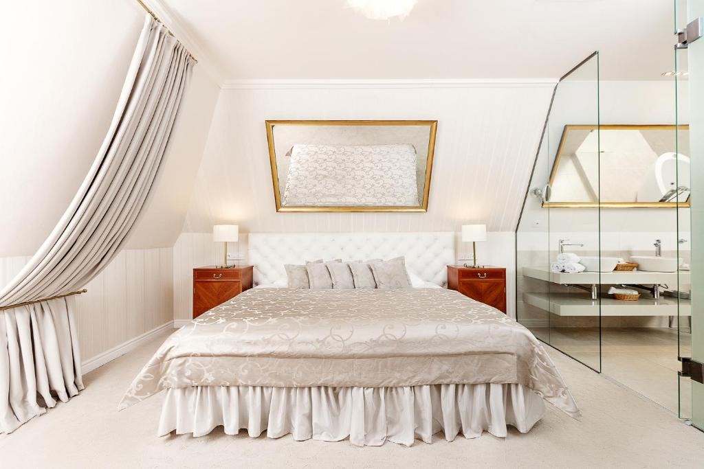 A bed or beds in a room at Hotel Hoffmeister & Spa