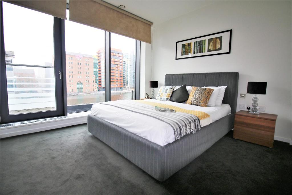 A bed or beds in a room at Executive Stay Docklands