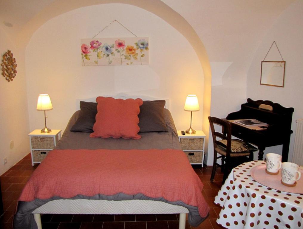 Un ou plusieurs lits dans un hébergement de l'établissement La chambre du Cladan