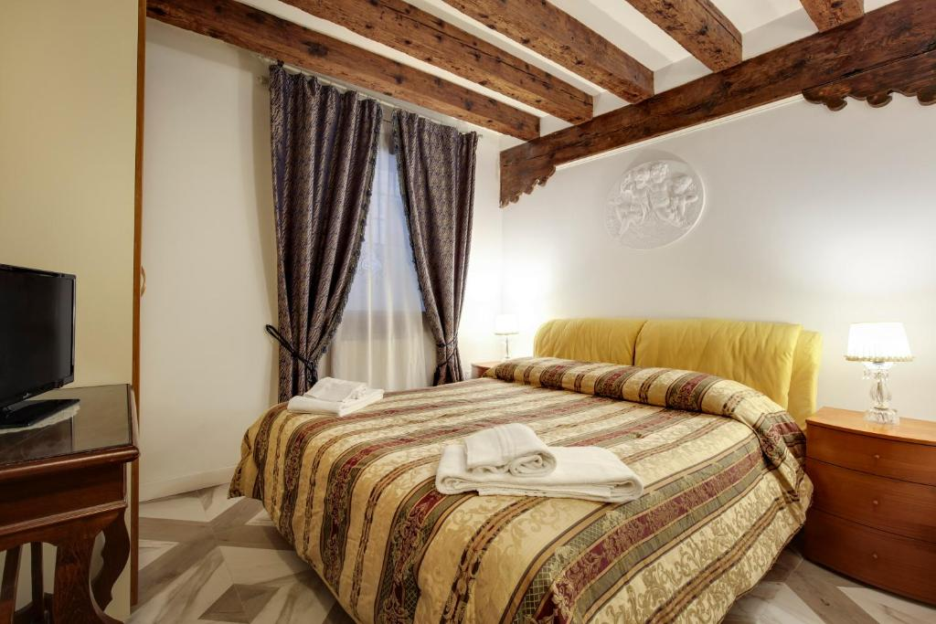 A bed or beds in a room at Angel's House
