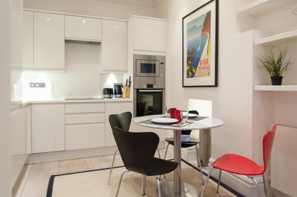 A kitchen or kitchenette at UNIQUE APARTMENT MARBLE ARCH