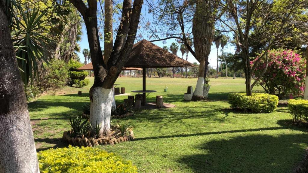 Jardín al aire libre en Cabañas Paraiso Aventura