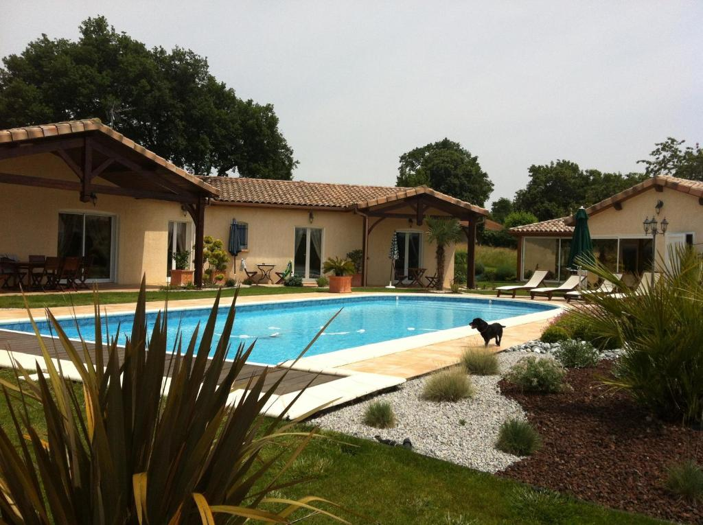 The swimming pool at or close to Chambres d'Hôtes Le Clos Castel