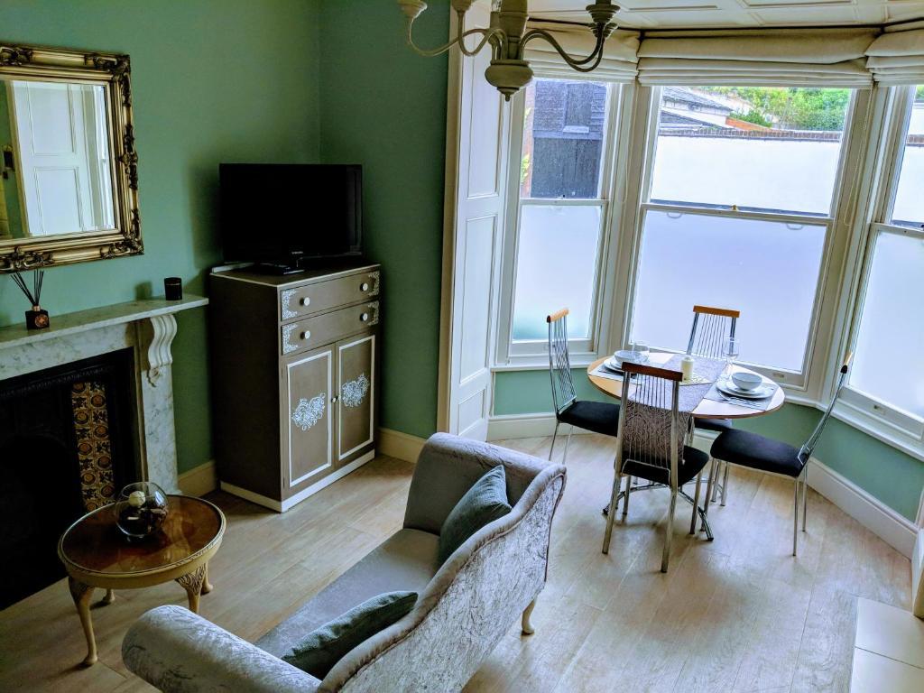 Ein Sitzbereich in der Unterkunft Beautiful One Bedroom Ground Floor Apartment With Parking