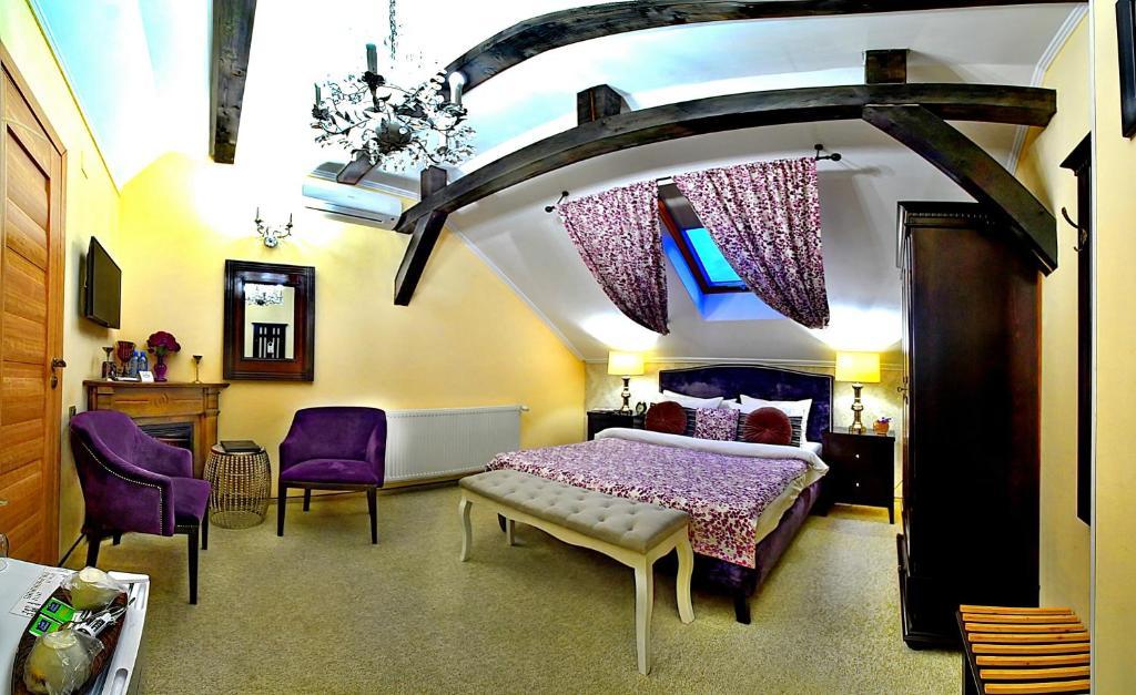 Un pat sau paturi într-o cameră la Vila Boutique Sarada