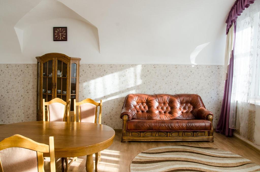 A seating area at Otel' Gubernskiy