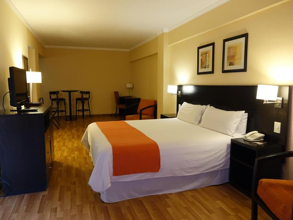 A bed or beds in a room at Duomi Plaza Hotel