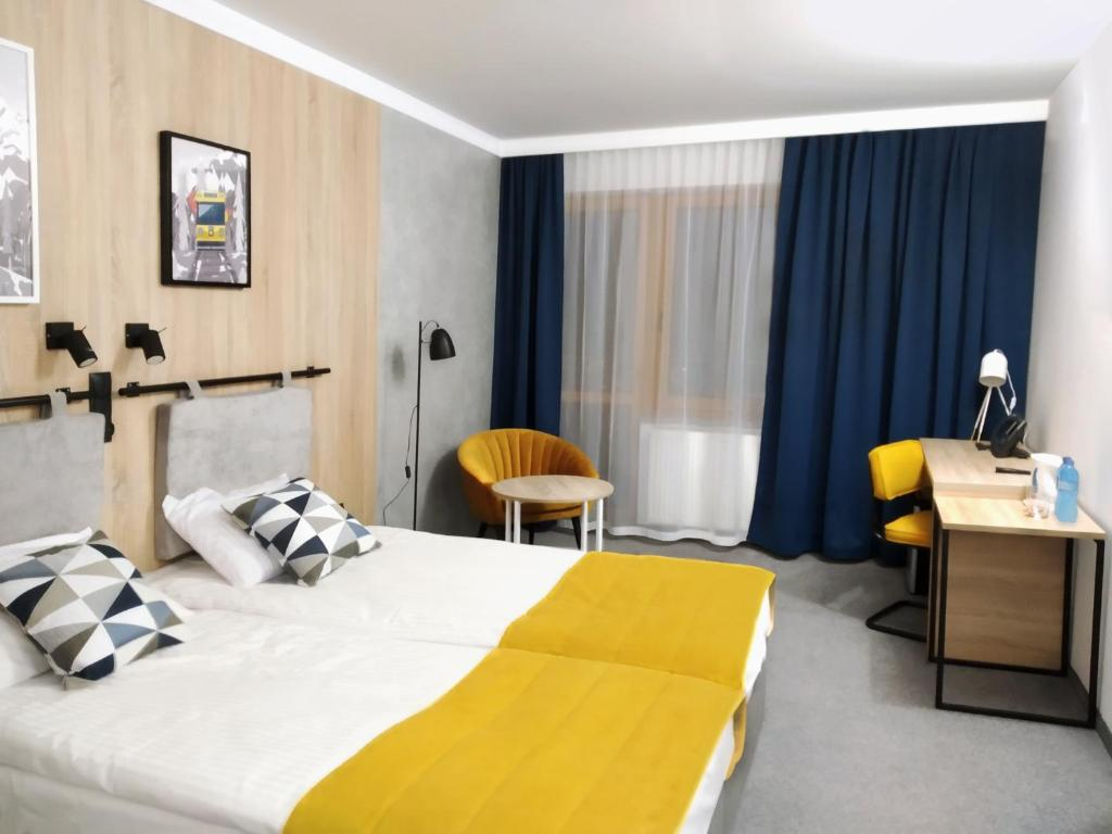 A bed or beds in a room at Stacja 605