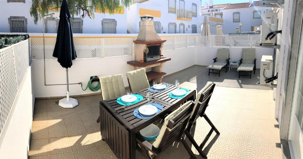 A restaurant or other place to eat at 2BR w/ terrace, a/c and wifi near the beach, in Altura
