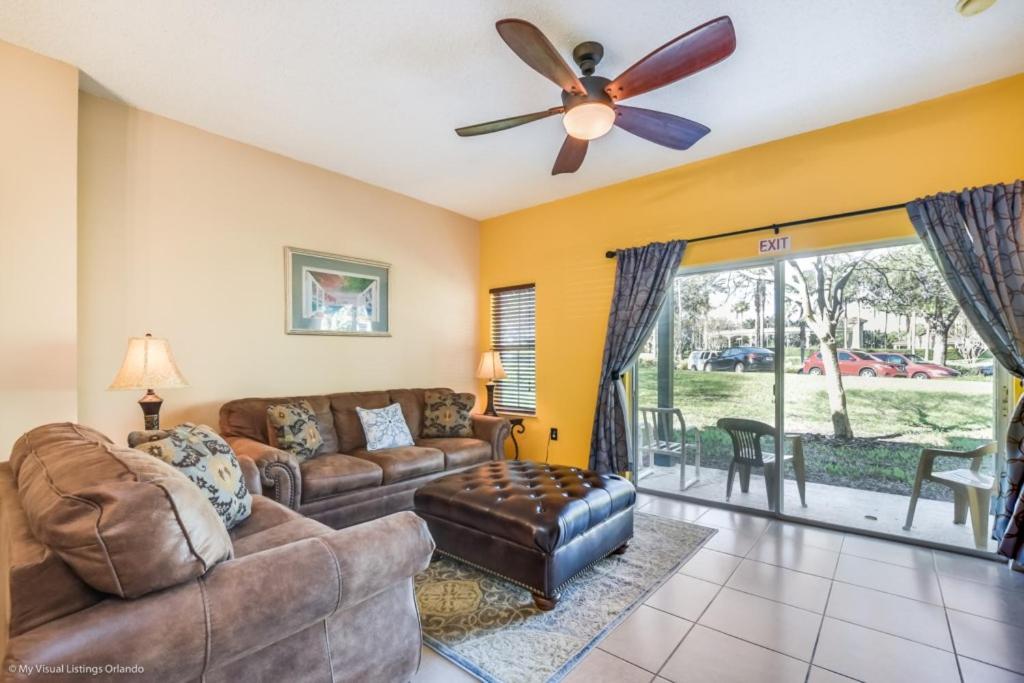 Uma área de estar em EV287091 - Emerald Island Resort - 3 Bed 3 Baths Townhouse