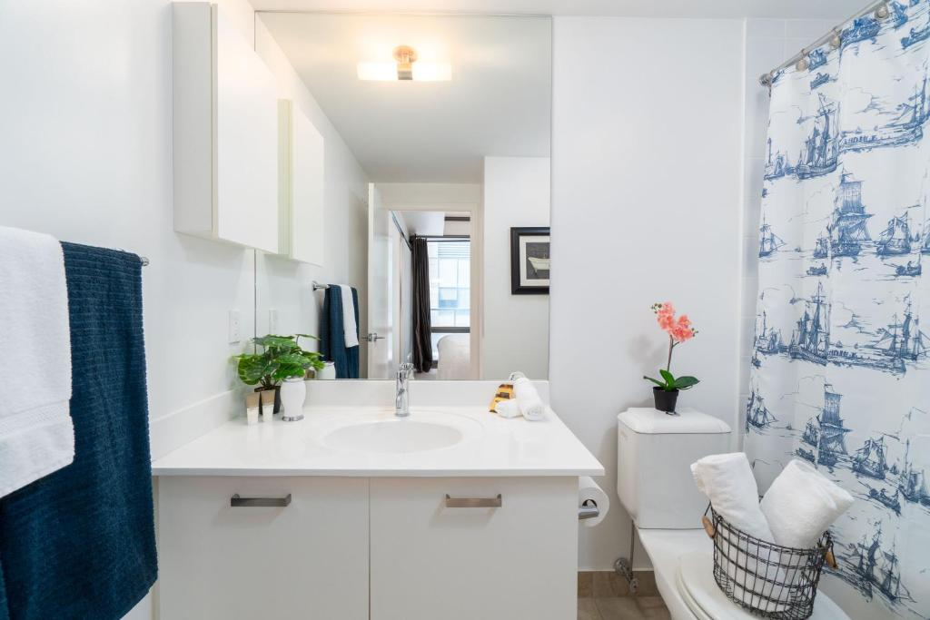 Luxurious 2-Bedroom Condo (Downtown Core), Toronto, Canada
